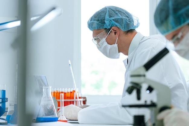 Avvicinamento. gruppo di scienziati che analizzano i test in laboratorio. foto con copia-spazio.