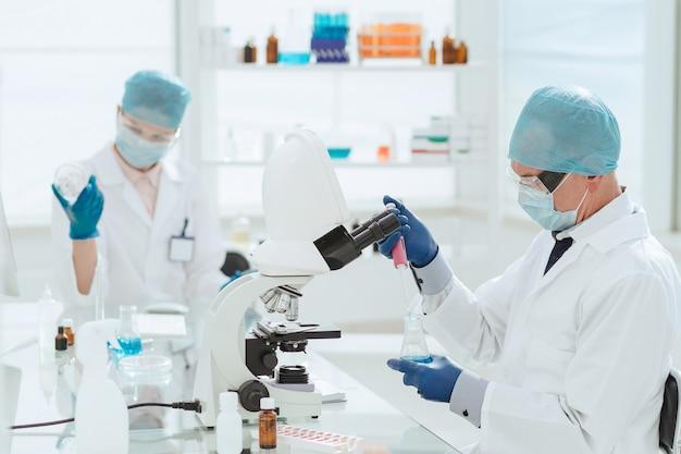 Avvicinamento. un gruppo di scienziati che sviluppano un nuovo vaccino antinfluenzale. scienza e salute.