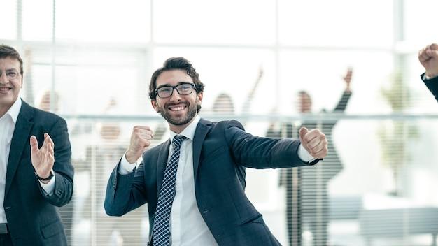 Avvicinamento. un gruppo di dipendenti di successo festeggia in ufficio.