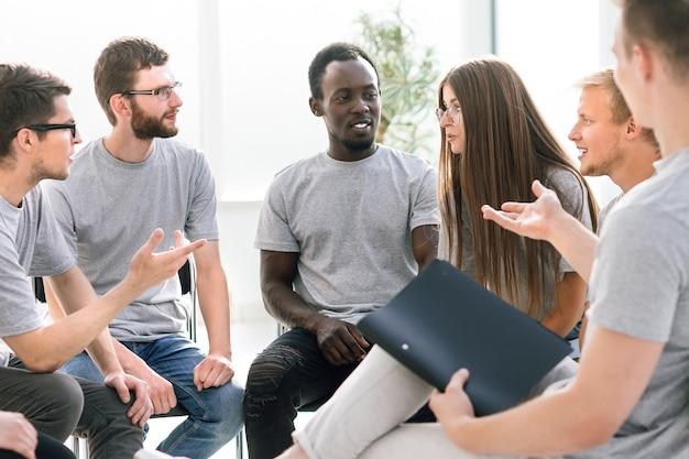 Avvicinamento. gruppo di giovani che litigano durante il seminario. affari e istruzione