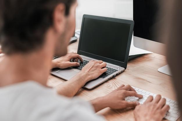 Avvicinamento. gruppi di studenti che lavorano su computer. persone e tecnologia
