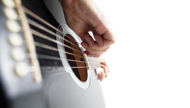 Primo piano della mano del chitarrista che suona la chitarra copyspace macro shot