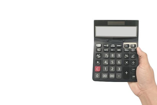 Chiuda sulla mano dell'uomo d'affari che tiene calcolatrice nera per calcolare isolato su priorità bassa bianca