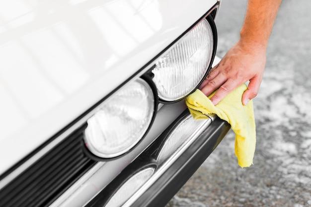 Close-up mano pulizia auto con un panno
