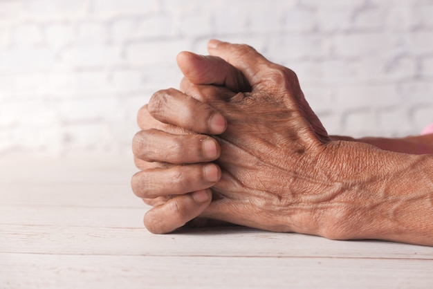Stretta di mano di una persona anziana isolata on white