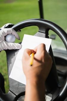 Primo piano della mano riempiendo un pezzo di carta