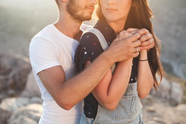 Primo piano della mano della ragazza e del ragazzo.