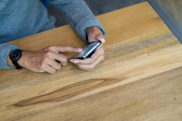 Vicino a mano tenere cellulare dispositivo mobile