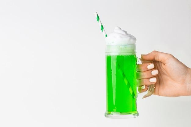 Bevanda della holding della mano del primo piano