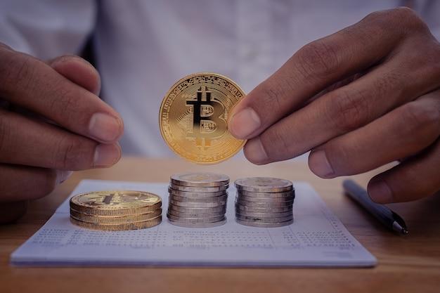 Close up mano azienda bitcoin finanza aziendale investimento di denaro digitale