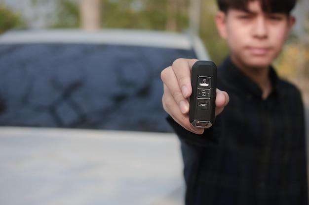 Chiuda sull'automobile aperta di chiave della tenuta della mano