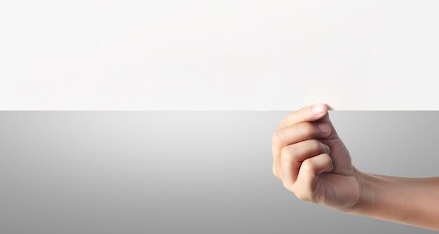 Chiudere una mano che tiene carta bianca per carta da lettere