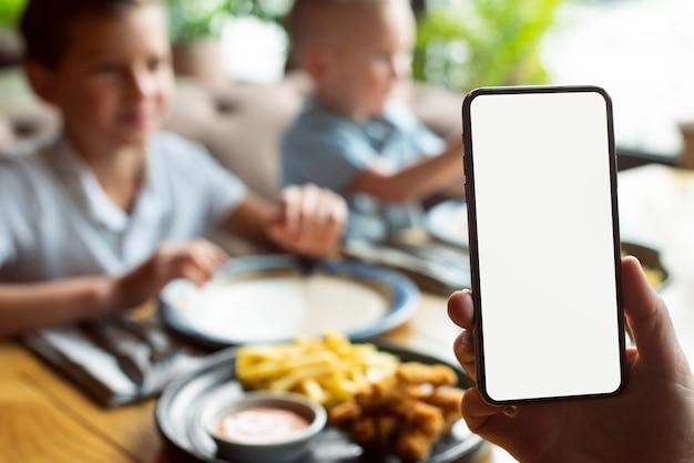 Chiudere la mano che tiene smartphone