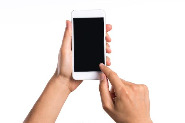 Chiuda sulla mano dell'uomo che tiene smartphone isolato su bianco