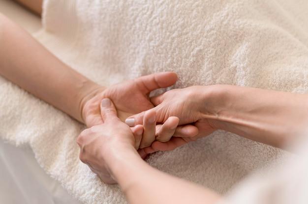 Concetto di massaggio della mano del primo piano