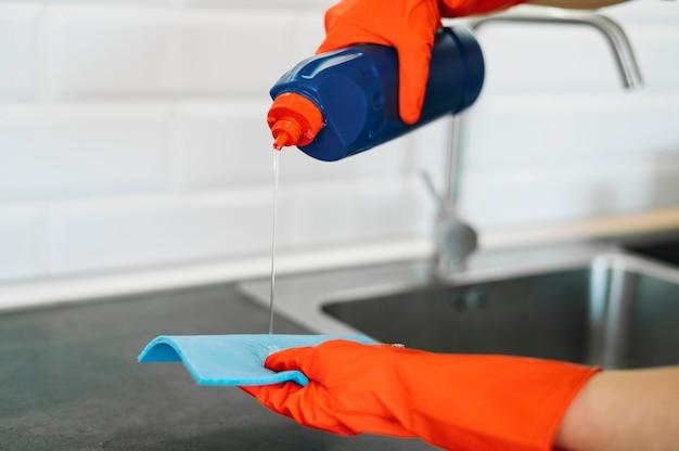 Prodotto di pulizia di versamento della mano del primo piano