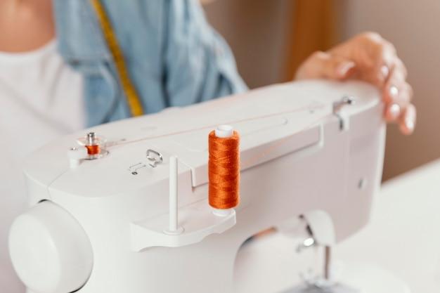 Mano di primo piano sulla macchina da cucire