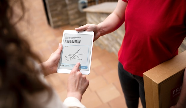 Firma della mano ravvicinata sul tablet