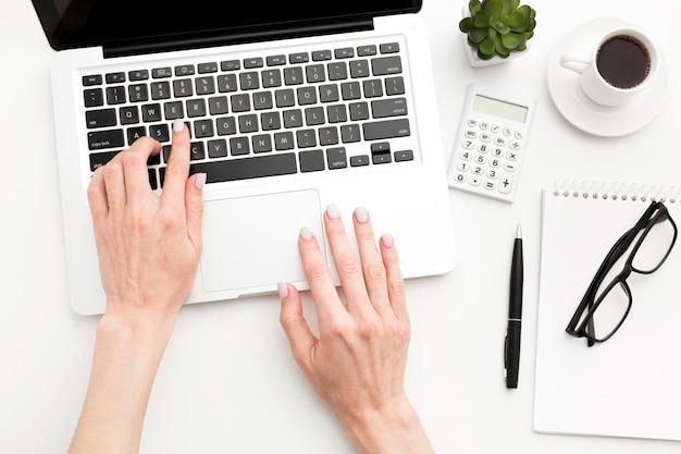 Mano del primo piano che scrive sul computer portatile