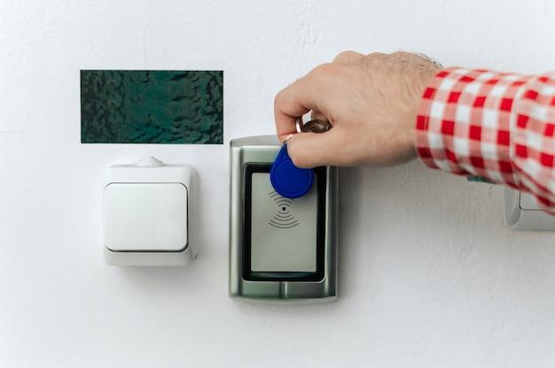 Chiuda sulla mano per mezzo di carta magnetica per aprire la porta.