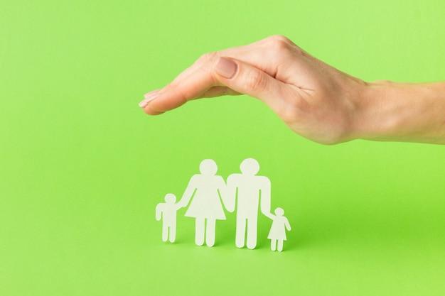 Mano del primo piano con il concetto di figura familiare