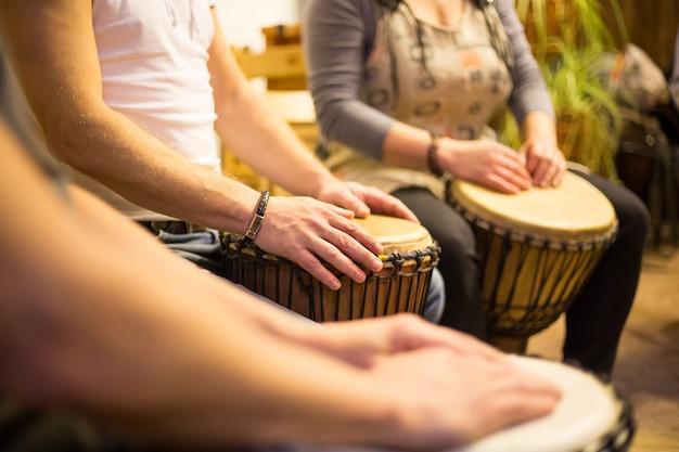 Stretta di mano su tamburi africani, percussioni per una musicoterapia