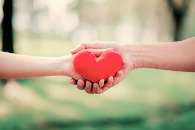Chiuda sulle mani danno e tenga il cuore rosso