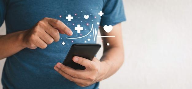 Chiuda sulle mani che tengono smartphone. uomo grasso che utilizza il cellulare per l'assistenza sanitaria e perdere peso.concetto di assistenza sanitaria