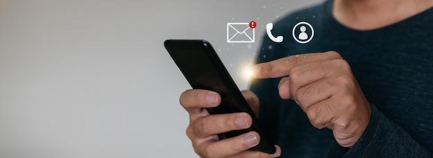 Chiuda sulle mani che tengono smartphone. uomo che usa un cellulare per il marketing e la ricerca di dati