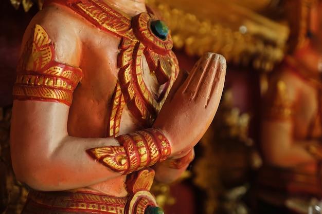 Stretta di mano di una scultura in preghiera. buddismo.