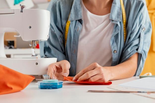 Primo piano mani tessuto da cucire