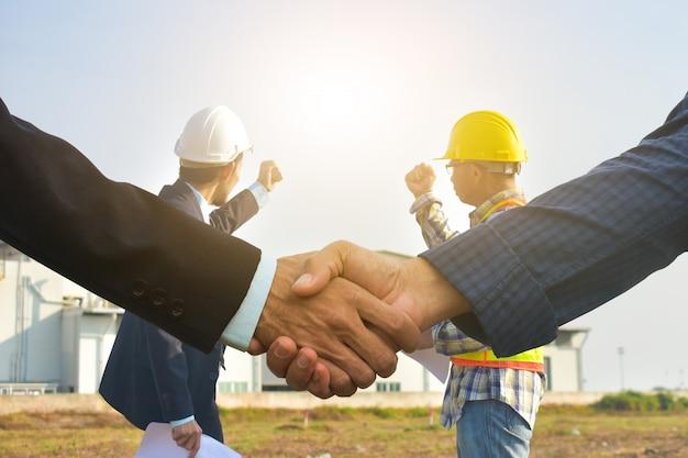 Chiuda sulle mani stringono il concetto di successo di accordo commerciale