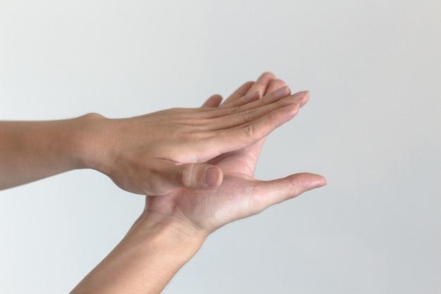 Gel lavamani per mani ravvicinate per mani, covid-19 e coronavirus.