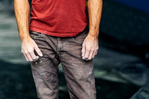 Primo piano delle mani di uno scalatore di magnesio bianco.