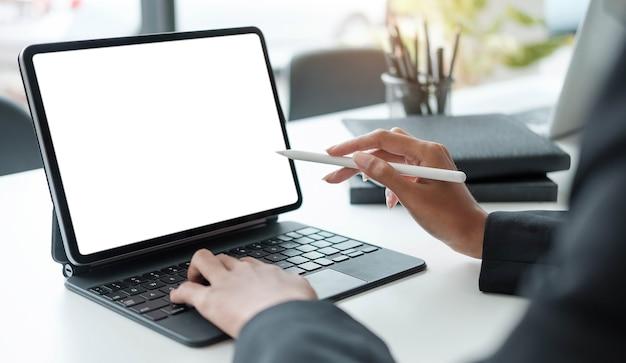 Avvicinamento . mani di designer donna che utilizzano tablet digitale per lavorare a casa o in ufficio.