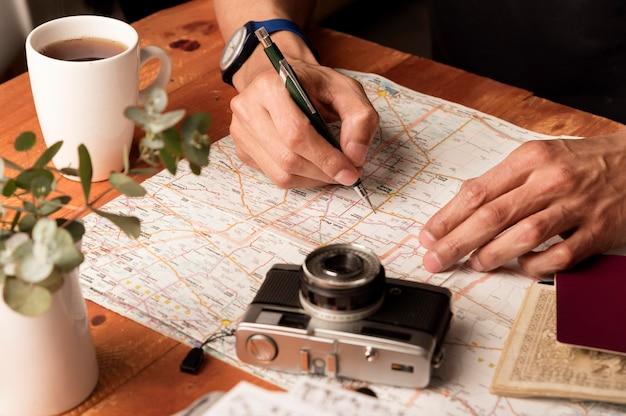 Mani del primo piano che scrivono sulla mappa