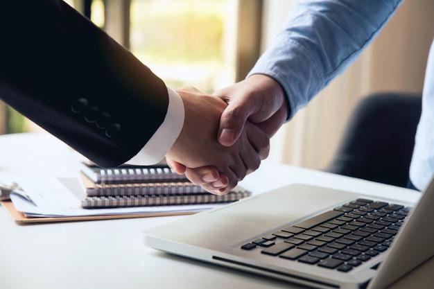 Chiuda in su della stretta di mano. uomini d'affari si stringono la mano, finendo incontro