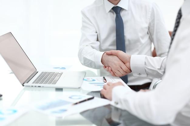 Avvicinamento. stretta di mano dei partner finanziari concetto di partnership.