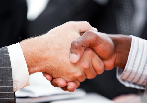 Primo piano di una stretta di mano tra due uomini d'affari