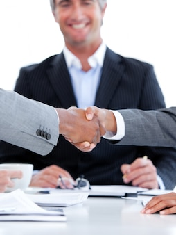 Primo piano di una stretta di mano tra due uomini d'affari di fronte al capo