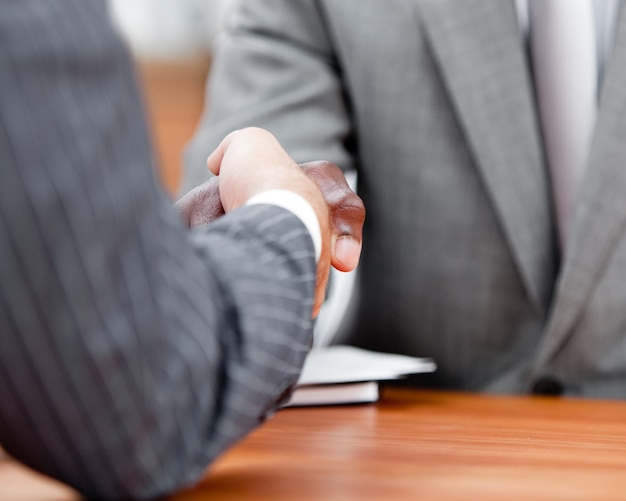 Primo piano di una stretta di mano tra due uomini d'affari diversi