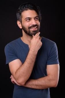 Chiuda in su dell'uomo persiano barbuto bello isolato