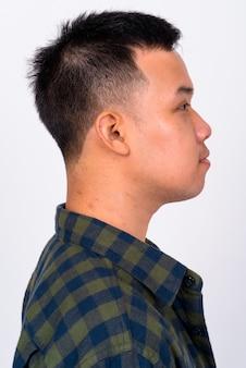 Primo piano sul bel giovane uomo asiatico isolato