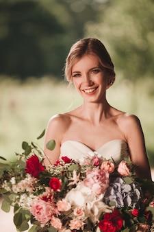 Avvicinamento. sposa felice con un mazzo di fiori
