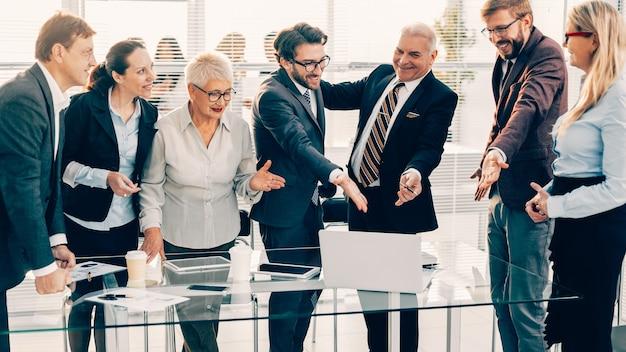 Chiudi colleghi di lavoro felici che discutono di buone notizie