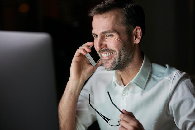 Primo piano di un uomo d'affari felice che parla al cellulare