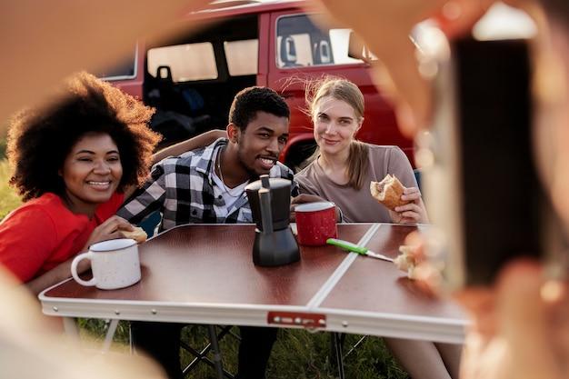 Chiuda in su amici felici all'aperto