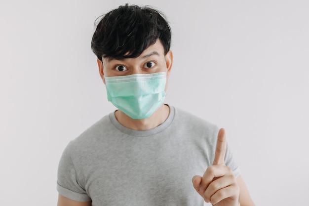 Primo piano di un uomo felice che indossa una maschera isolata su sfondo bianco