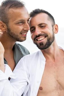 Uomini felici del primo piano che sono romantici