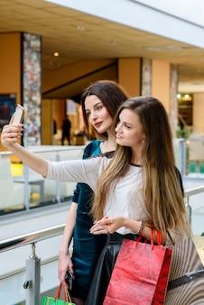 Primo piano su donne felici che fanno shopping nel centro commerciale